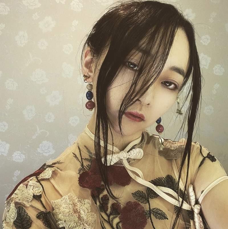 """日本美女在家试穿旗袍 却发生无法脱下的""""性感事故"""""""